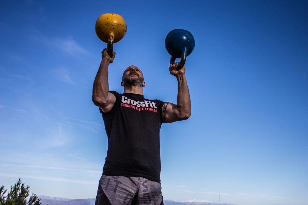 Il CrossFit: cos'è - Immagine uomo solleva kettlebells