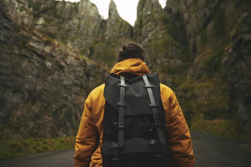 Immagine viaggio con zaino in spalla