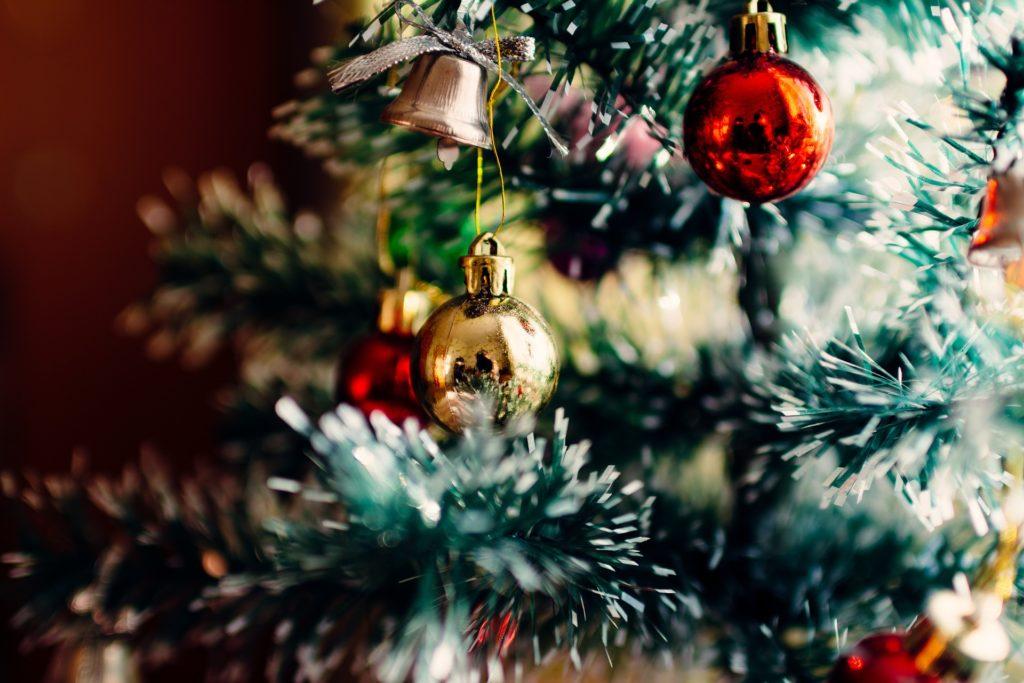 Albero di Natale innevato - Immagine in evidenza
