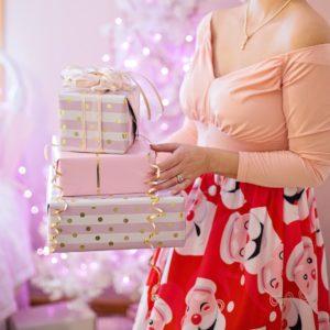 Idee regalo Natale per Lei - Immagine donna con regali di Natale