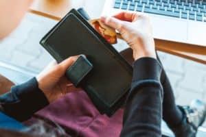 Il miglior portafogli da donna    Guida all'acquisto e scelta dei migliori - Immagine in evidenza